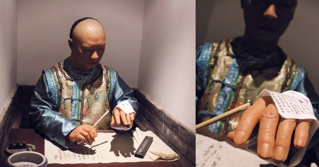 Los antiguos exámenes imperiales son los antecesores del Gaokao. En la imagen se puede apreciar una de las prácticas fraudulentas que los aspirantes utilizaban para alcanzar buenos puestos dentro del funcionariado.