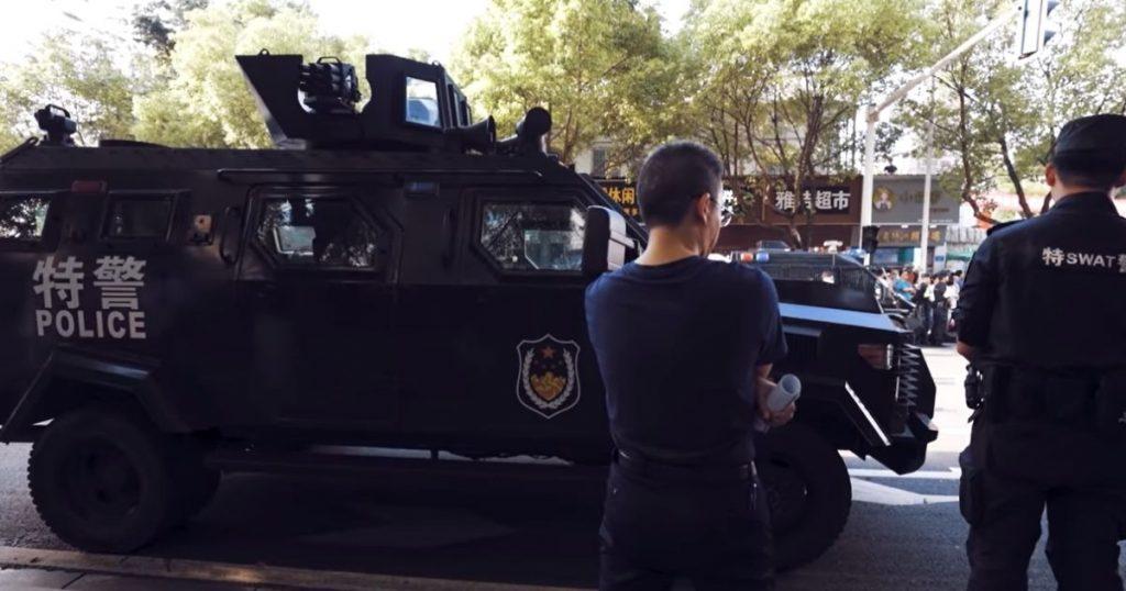 El gobierno de China se ha tomado tan en serio la aplicación del Gaokao que incluso elementos del equipo SWAT custodian las calles aledañas a los centros educativos donde los aspirantes realizan estas pruebas.