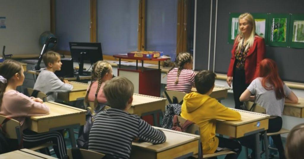 Alumnos finlandeses tomando clases en el país donde los niños no hacen exámenes.